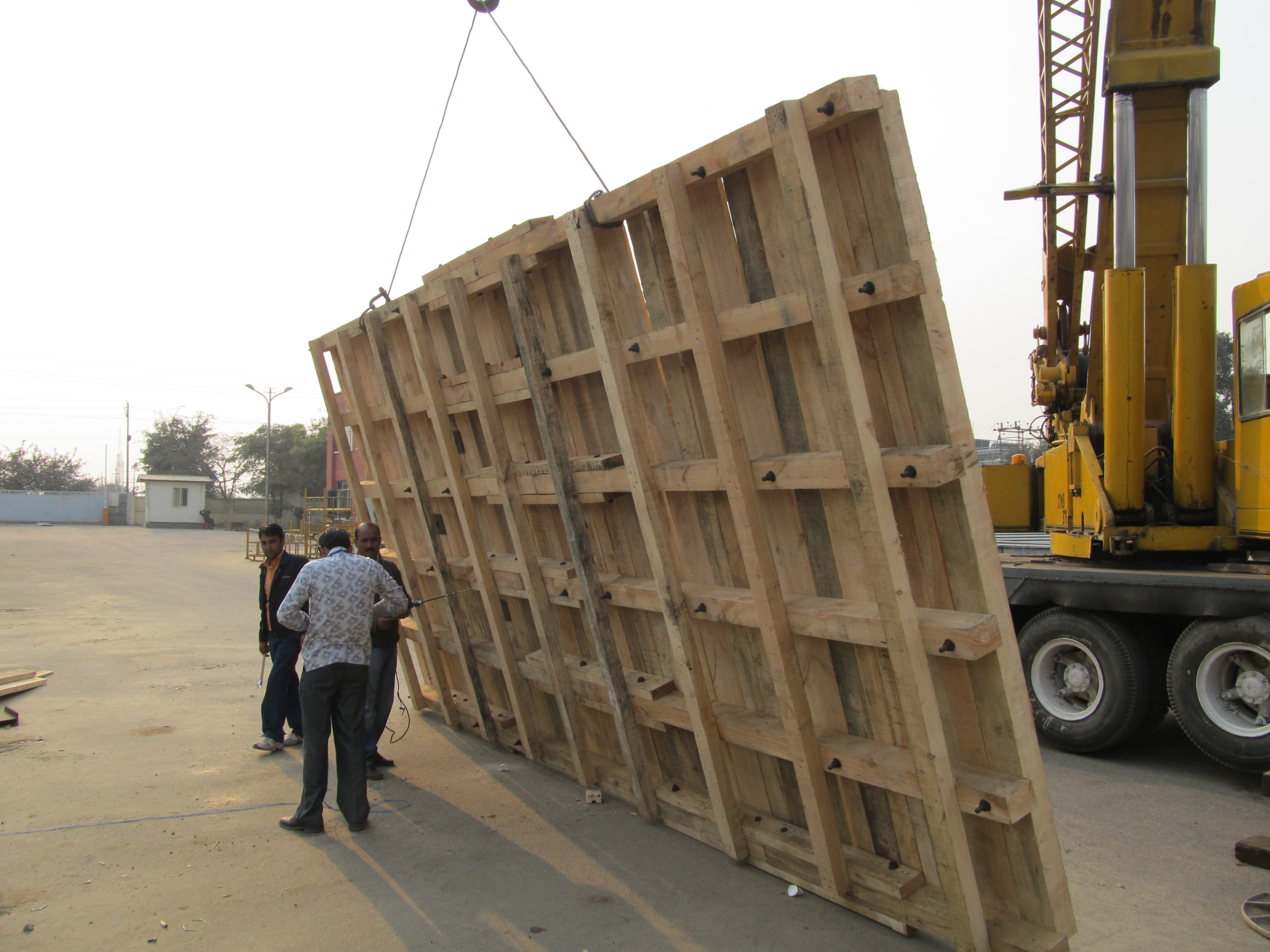 wooden pallet for heavy machine packing